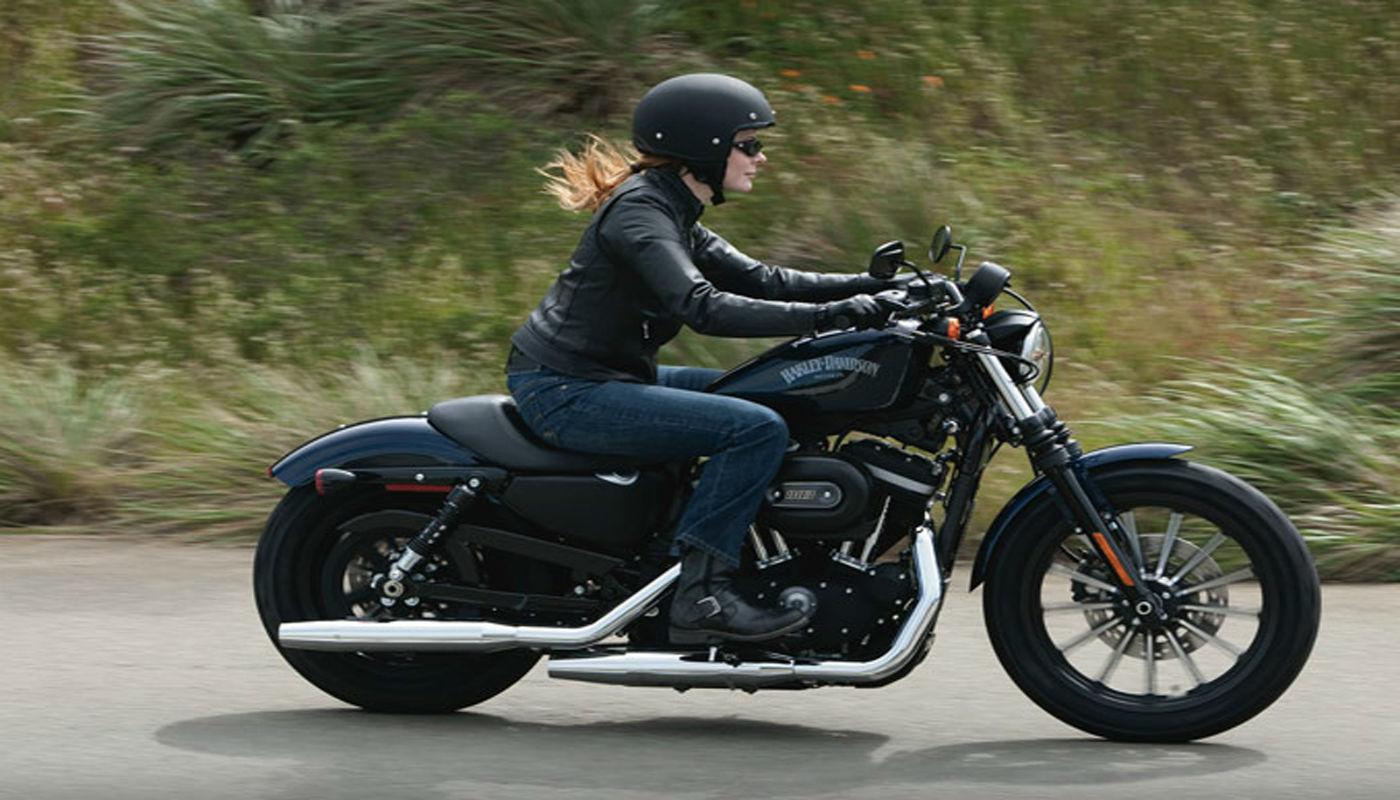 12f2ce1d2c08c3 Otra de las mejores motos para mujeres es la Harley Davidson Sportster 883  y no podía faltar en este listado. Es una de las más económicas de las  Harley y ...